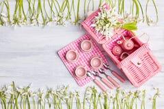 Tarjeta de la comida campestre con el ajuste y los snowdrops, cubiertos, servilleta comprobada blanca de la tabla del rosa fotos de archivo libres de regalías
