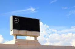 Tarjeta de la cuenta en el cielo azul Fotos de archivo libres de regalías