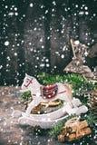 Tarjeta de la decoración de la Navidad con los juguetes y el árbol Imágenes de archivo libres de regalías