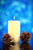 Tarjeta de la decoración de la Navidad o del Año Nuevo con pinecone, la campana y BU Foto de archivo libre de regalías