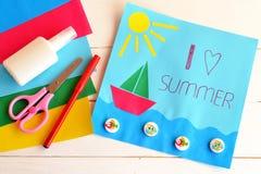 Tarjeta de la diversión con verano del amor del texto I Pluma roja, palillo del pegamento, tijeras, papel coloreado Imagen de archivo