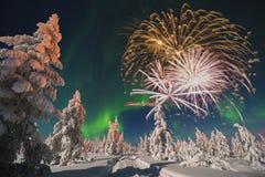 Tarjeta de la Feliz Año Nuevo con el fuego artificial, el bosque y la luz septentrional Fotografía de archivo