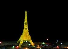Tarjeta de la Feliz Año Nuevo con el modelo del amarillo del oro de la torre Eiffel en París Imagen de archivo libre de regalías