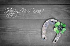 Tarjeta de la Feliz Año Nuevo con el trébol de herradura y afortunado Imagen de archivo