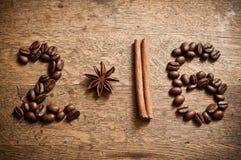 Tarjeta 2016 de la Feliz Año Nuevo con los granos, el anís y el canela de café Imagen de archivo