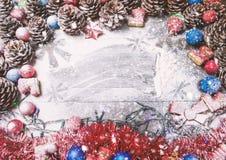 Tarjeta de la Feliz Año Nuevo con nieve en fondo Fotografía de archivo
