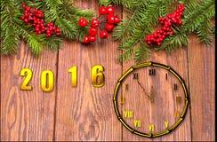 Tarjeta de la Feliz Año Nuevo con nieve en fondo de madera Foto de archivo