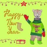 Tarjeta de la Feliz Año Nuevo con un oso lindo en ropa Fotos de archivo