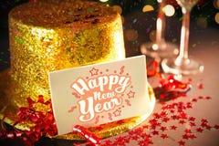 Tarjeta de la Feliz Año Nuevo que se inclina en el sombrero del partido del oro Imagen de archivo