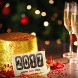 Tarjeta de la Feliz Año Nuevo que se inclina en el sombrero del partido del oro Imagen de archivo libre de regalías
