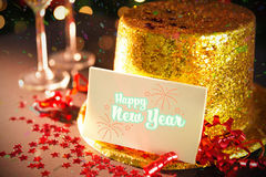 Tarjeta de la Feliz Año Nuevo que se inclina en el sombrero del partido del oro Fotografía de archivo libre de regalías