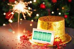 Tarjeta de la Feliz Año Nuevo que se inclina en el sombrero del partido del oro Imágenes de archivo libres de regalías