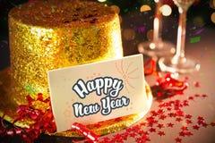 Tarjeta de la Feliz Año Nuevo que se inclina en el sombrero del partido del oro Fotografía de archivo