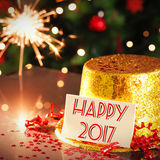 Tarjeta de la Feliz Año Nuevo que se inclina en el sombrero del partido del oro Fotos de archivo