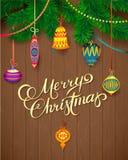 Tarjeta de la Feliz Navidad Árbol de navidad y bolas de cristal en el fondo de madera Imagen de archivo