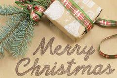 Tarjeta de la Feliz Navidad con el regalo de Navidad adornado Foto de archivo libre de regalías