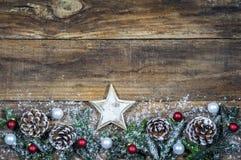 Tarjeta de la Feliz Navidad con la estrella y la decoración natural Fotografía de archivo
