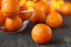 Tarjeta de la feliz Navidad o del Año Nuevo Decoraciones del Año Nuevo o de la Navidad con los mandarines y las luces de la Navid Imagenes de archivo