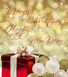 Tarjeta de la Feliz Navidad y de la Feliz Año Nuevo con la caja de regalo Foto de archivo libre de regalías