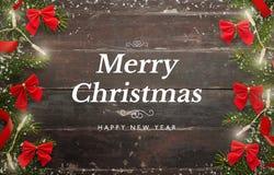 Tarjeta de la Feliz Navidad y de la Feliz Año Nuevo Tabla de madera con el árbol de navidad y las decoraciones Imágenes de archivo libres de regalías