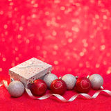 Tarjeta de la Feliz Navidad y de la Feliz Año Nuevo con rojo y la bola de la plata Fotografía de archivo