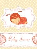Tarjeta de la fiesta de bienvenida al bebé con dormir de la muchacha de la bebé-mariquita Foto de archivo libre de regalías