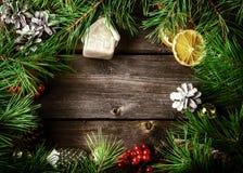 Tarjeta de la guirnalda de Navidad con con el copyspace en fondo de madera chris fotografía de archivo