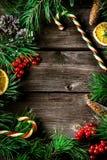 Tarjeta de la guirnalda de Navidad con el copyspace en fondo de madera fotografía de archivo libre de regalías