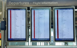 Tarjeta de la información del vuelo en el aeropuerto de Dubai Foto de archivo libre de regalías