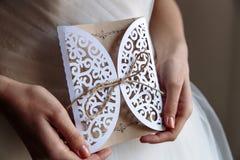 Tarjeta de la invitación de la boda en manos imagenes de archivo