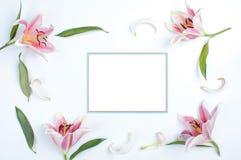 Tarjeta de la invitación con la frontera azul Imagen de archivo