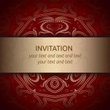 Tarjeta de la invitación en rojo con la cinta de oro Fotografía de archivo