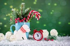 Tarjeta de la Navidad o del Año Nuevo En fondo brillante verde Foto de archivo