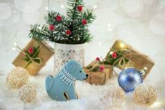 Tarjeta de la Navidad o del Año Nuevo Galletas en la forma de un perro Imágenes de archivo libres de regalías