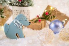 Tarjeta de la Navidad o del Año Nuevo Galletas en la forma de un perro Fotografía de archivo libre de regalías