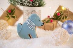 Tarjeta de la Navidad o del Año Nuevo Galletas en la forma de un perro Decoración brillante y presentes del Año Nuevo Imagenes de archivo