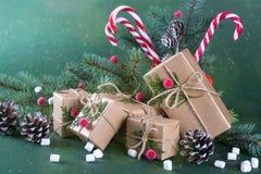 Tarjeta de la Navidad o del Año Nuevo Taza con los abetos, bastones de caramelo Regalos del embalaje en papel beige del arte del  Foto de archivo libre de regalías