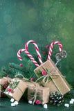 Tarjeta de la Navidad o del Año Nuevo Taza con los abetos, bastones de caramelo Regalos del embalaje en papel beige del arte del  Fotos de archivo libres de regalías