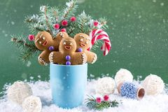 Tarjeta de la Navidad o del Año Nuevo Taza con los abetos, los bastones de caramelo y las galletas de los hombres del jengibre Imagenes de archivo