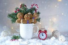 Tarjeta de la Navidad o del Año Nuevo Taza con los abetos, los bastones de caramelo y las galletas del jengibre Fotos de archivo