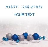 Tarjeta de la Navidad y de la Feliz Año Nuevo con las bolas del azul y de la plata Foto de archivo libre de regalías