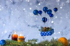 Tarjeta de la Navidad y del Año Nuevo Balón de aire de los juguetes de la Navidad y de g Imágenes de archivo libres de regalías