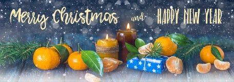 Tarjeta de la Navidad y del Año Nuevo con las velas, las ramas del abeto y manda Imágenes de archivo libres de regalías
