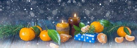 Tarjeta de la Navidad y del Año Nuevo con las velas, las ramas del abeto y manda Fotografía de archivo libre de regalías