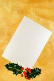 Tarjeta de la perla con las bayas del acebo Fotografía de archivo