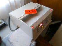 Tarjeta de la prueba de la inscripción en el fondo del equipo para comprobar el correo para saber si hay peligro imagen de archivo