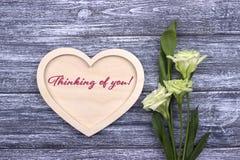 Tarjeta de la tarjeta del día de San Valentín con el texto que piensa en usted imagen de archivo libre de regalías