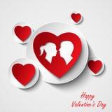 Tarjeta de la tarjeta del día de San Valentín con los corazones y los amantes rojos Foto de archivo