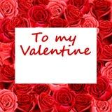 Tarjeta de la tarjeta del día de San Valentín en la cama de rosas Fotografía de archivo libre de regalías