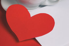 Tarjeta de la tarjeta del día de San Valentín en la tabla con el sobre y la taza de café imagen de archivo